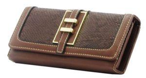 375de56d4f Ou quem sabe ela não esteja precisando de uma carteira nova  Você pode  também dar um kit com a bolsa e uma carteira que combine. Sempre ótimos  presentes.