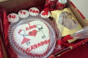 ... que um ano de casados e mais alguns quitutes e bebidas. Você pode  mandar fazer um bolo em confeitaria e preparar uma caixa bonita como essa  da foto. cd5de77e2513